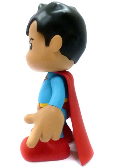 8 Superman - Regular figure by Dc Comics, produced by Artoyz Originals. Side view.