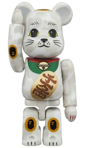 BAPE Lucky cat & Daruma 2 PACK 100% figure, produced by Medicom Toy. Front view.