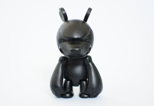 Black Knuckle Bear Qee figure by Touma, produced by Toy2R. Front view.