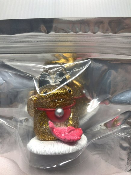 Daifuku Manekineko Gold Variant figure by Shoko Nakazawa (Koraters), produced by Medicom Toy. Packaging.
