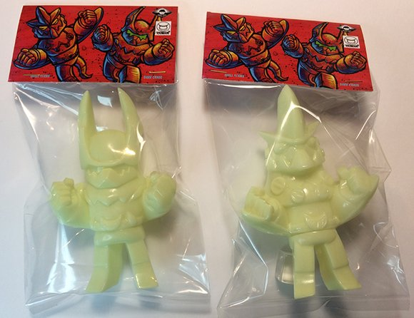 Dark Robots - Skull Strike, Unpainted GID figure by Touma, produced by Max Toy Co.. Packaging.