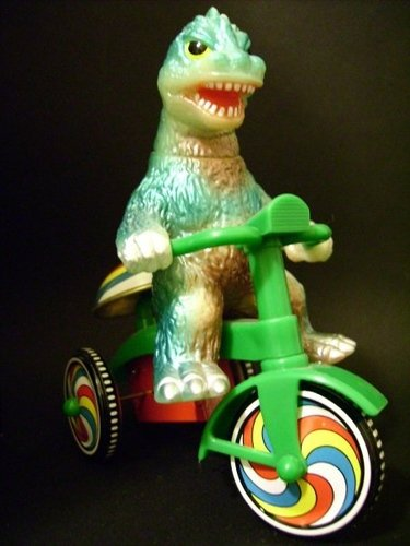 Godzilla Trike figure, produced by M1Go. Front view.