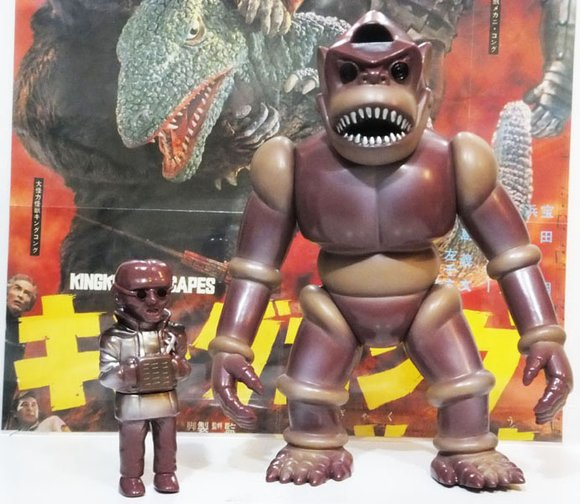 Gorilla Robot (ロボットゴリラ) w/ Evil Scientist figure by Takashi Minamimura, produced by Target Earth. Front view.
