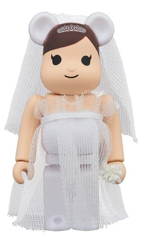 Greeting marry3 PLUS BE@RBRICK 100% figure, produced by Medicom Toy. Front view.