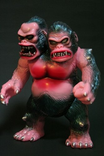King Gorilla Veterinary pink figure by Yasuaki Hirota, produced by Hirota Saigansho. Front view.
