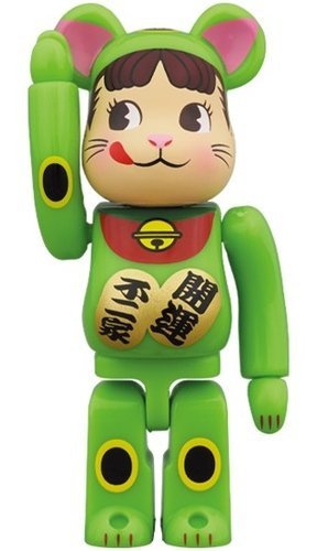 Lucky Cat - Peco-chan Fluorescent green BE@RBRICK 100% figure, produced by Medicom Toy. Front view.