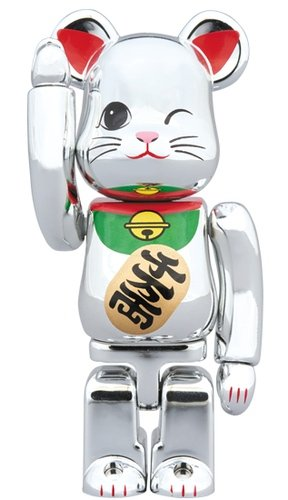 Lucky cat Silver plated 4 BE@RBRICK 100% figure, produced by Medicom Toy. Front view.