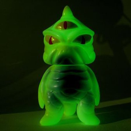 Mini TriPus - GID figure by Mark Nagata, produced by Max Toy Co.. Front view.