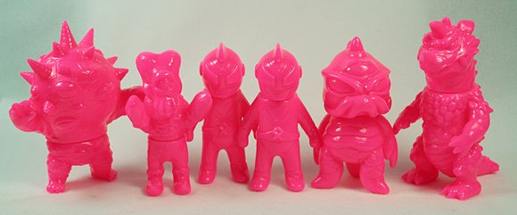 Mini TriPus - Unpainted Pink figure by Mark Nagata, produced by Max Toy Co.. Front view.