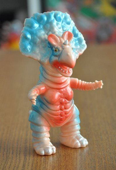 Monoclon – American Cherry figure by Hiramoto Kaiju, produced by Cojica Toys. Front view.