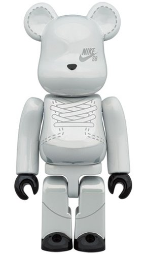 NIKE SB 2020 WHITE BE@RBRICK 100% figure, produced by Medicom Toy. Front view.