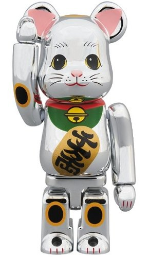 招き猫 Silver plating BE@RBRICK 100% figure, produced by Medicom Toy. Front view.