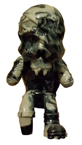 Skullpirate - Ye Beeg Bhoss Deemhands Eh Beet Ooh Pohoint! figure by Pushead, produced by Secret Base. Front view.