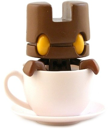 Brown Mini Tea figure by Matt Jones (Lunartik), produced by Lunartik Ltd. Front view.