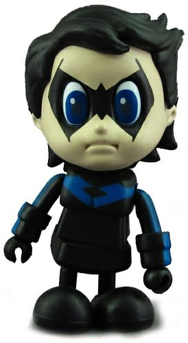 Nightwing figure by Dc Comics, produced by Hot Toys. Front view.