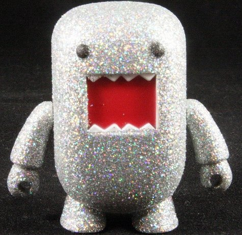 Silver Glitter Domo Qee figure by Dark Horse Comics, produced by Toy2R. Front view.