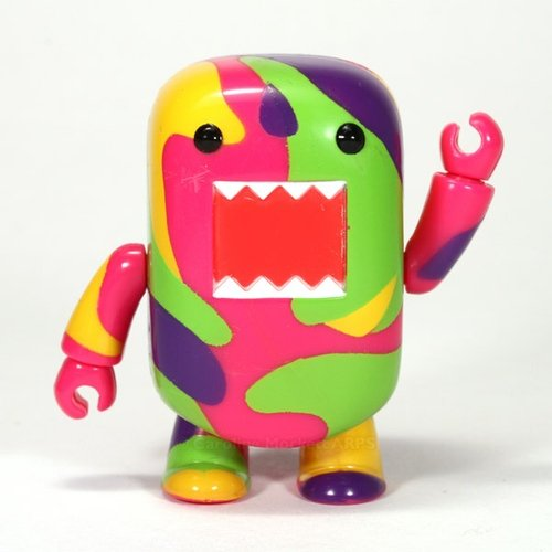 Coloured Camouflage Domo Qee figure by Dark Horse Comics, produced by Toy2R. Front view.