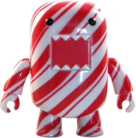 Candy Stripe Domo Qee figure by Dark Horse Comics, produced by Toy2R. Front view.