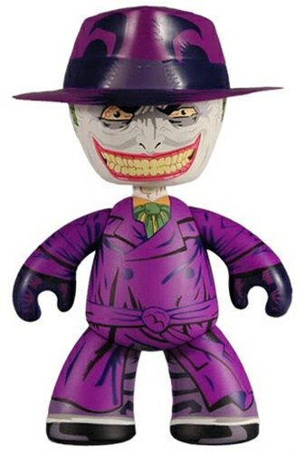 Joker - SDCC 10 figure by Dc Comics, produced by Mezco Toyz. Front view.