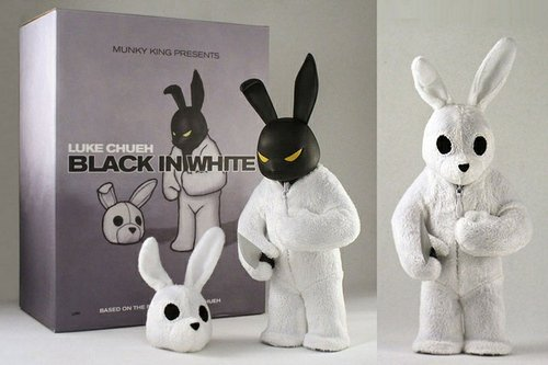 Black in White figure by Luke Chueh, produced by Munky King. Front view.
