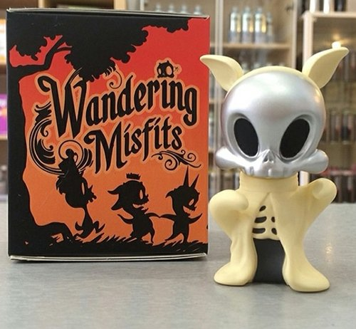 Wandering Misfits - Silver Face Boo, Dragatomi Exclusive figure by Brandt Peters X Kathie Olivas, produced by Cardboard Spaceship. Front view.