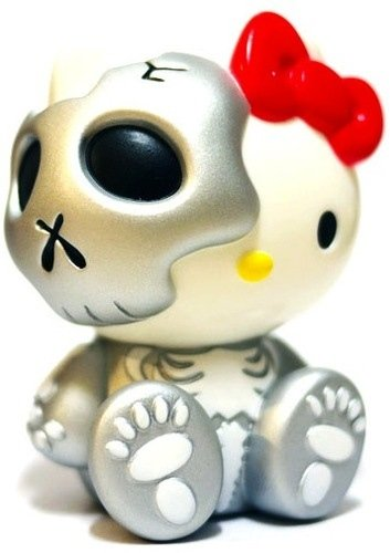 Hello Kitty Skull - Silver figure by Secret Base X Balzac X Hello Kitty Sanrio, produced by Secret Base. Front view.