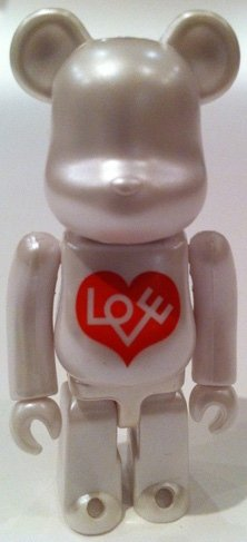 Love Heart Be@rbrick 100% figure by Alexander Girard, produced by Medicom Toy. Front view.