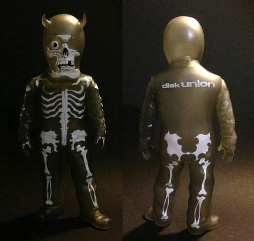 Disk Union Skullman (grey) figure by Balzac, produced by Evilegend 13. Front view.