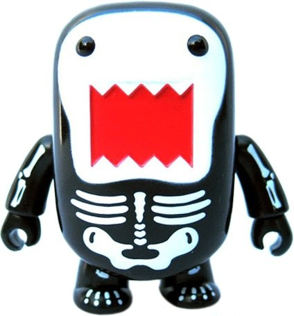 Skeleton Domo Qee figure by Dark Horse Comics, produced by Toy2R. Front view.