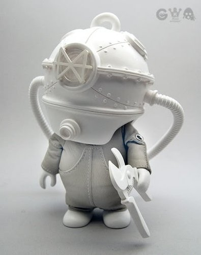 Copperhead - White figure by Ferg X Kenny Wong, produced by Playge. Front view.