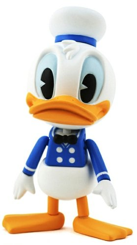 Donald Duck  figure by Disney, produced by Hot Toys. Front view.