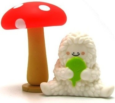 Treeson & Mushroom figure by Bubi Au Yeung, produced by Crazylabel. Front view.