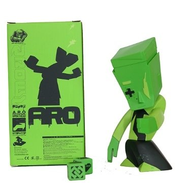 Aro - Green figure by Steph Cop, produced by Bonustoyz. Front view.
