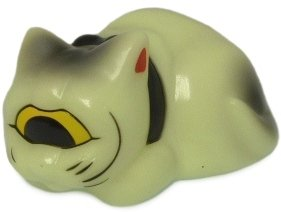 Sleeping Fortune Cat - GID figure by Mori Katsura, produced by Realxhead. Front view.
