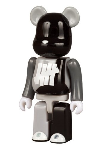 Undefeated Be@rbrick 100% figure by Undefeated, produced by Medicom Toy. Front view.