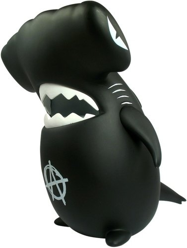 Anarchy Hammerhead Sharky figure by Frank Kozik, produced by Toyqube. Front view.