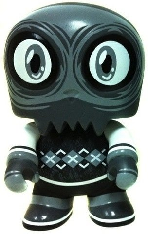 Uncle Argh Noir figure by Scott Tolleson, produced by Toy2R. Front view.