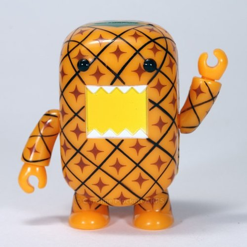 Pineapple Domo Qee figure by Dark Horse Comics, produced by Toy2R. Front view.