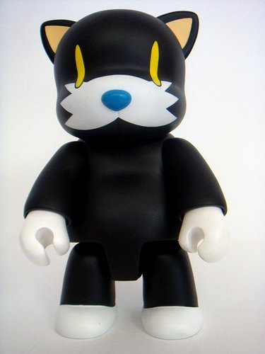 Black Cat Qee figure by Touma, produced by Toy2R. Front view.