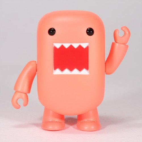 Blacklight Peach Domo Qee figure by Dark Horse Comics, produced by Toy2R. Front view.