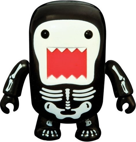 7 Skeleton Domo Qee figure by Dark Horse Comics, produced by Toy2R. Front view.